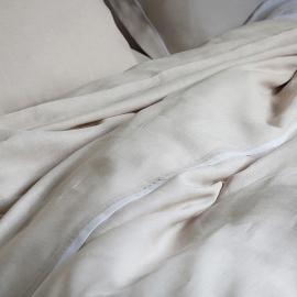 Copripiumino in lino platino e decoro bianco Piping